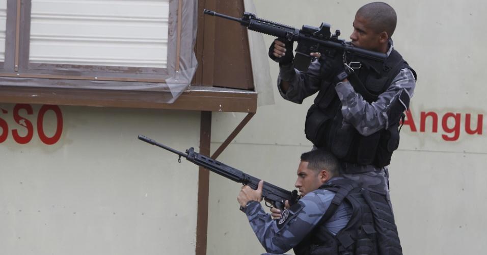 27.abr.2017 - Policiais militares do Batalhão de Choque realizam operação para reprimir o tráfico de drogas no Complexo da Maré, conjunto de favelas da zona norte carioca