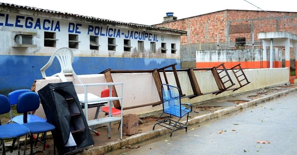 31.mai.2017 - Moradores põem móveis para secar após rio Jacuípe baixar; fortes chuvas desalojaram moradores e destruíram móveis na região