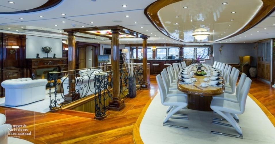 Sala de jantar luxuosa do Legend, iate de 77,4 metros que acomoda até 26 hóspedes
