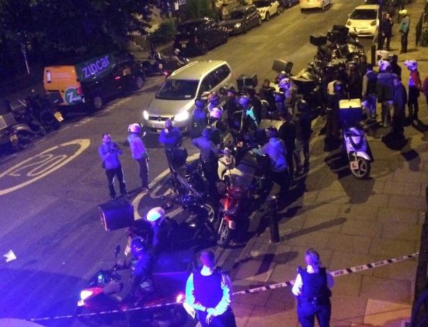 14.jul.2017 - Área é isolada após ataque com ácido em Londres (Inglaterra)