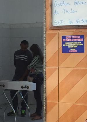 31.jul.2017 - O pai, Klebson, e a mãe, Claudineia, diante do pequeno caixão