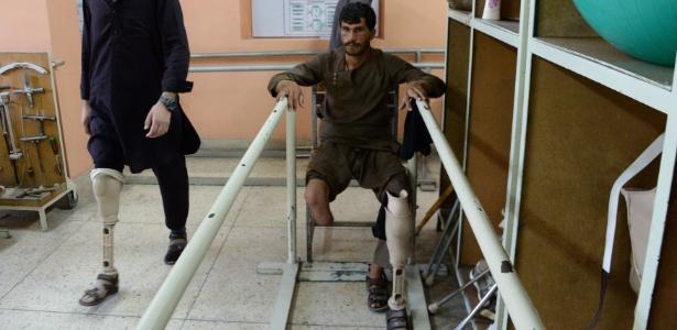 Amputados afegãos caminham com suas pernas protéticas no hospital do CICR (Comitê Internacional da Cruz Vermelha) para vítimas de guerra e os deficientes em Jalalabad, no Afeganistão