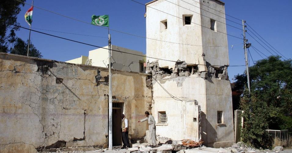 13.nov.2017 - Moradores inspecionam construção destruída por terremoto em Darbandikhan, no Iraque