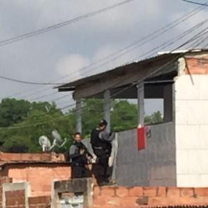 Policiais fazem operação em favela do Rio