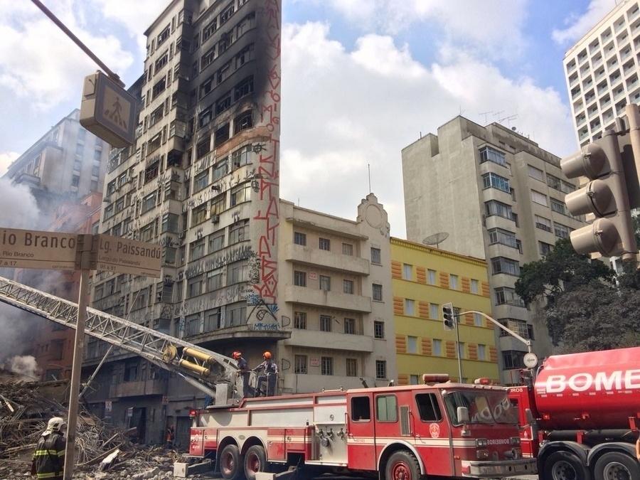 1º.maio.2018 - Equipes do Corpo de Bombeiros trabalham à procura de vítimas nos escombros do prédio que pegou fogo e desabou no centro de São Paulo