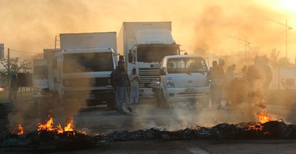 Protesto de caminhoneiros contra alta dos combustíveis interdita Rodovia Régis Bittencourt, nos dois sentidos, em São Paulo (SP), na manhã desta quarta-feira (23)