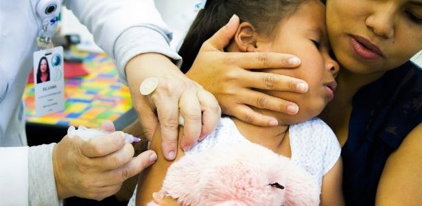 Criança é vacinada contra sarampo e poliomielite em São Paulo