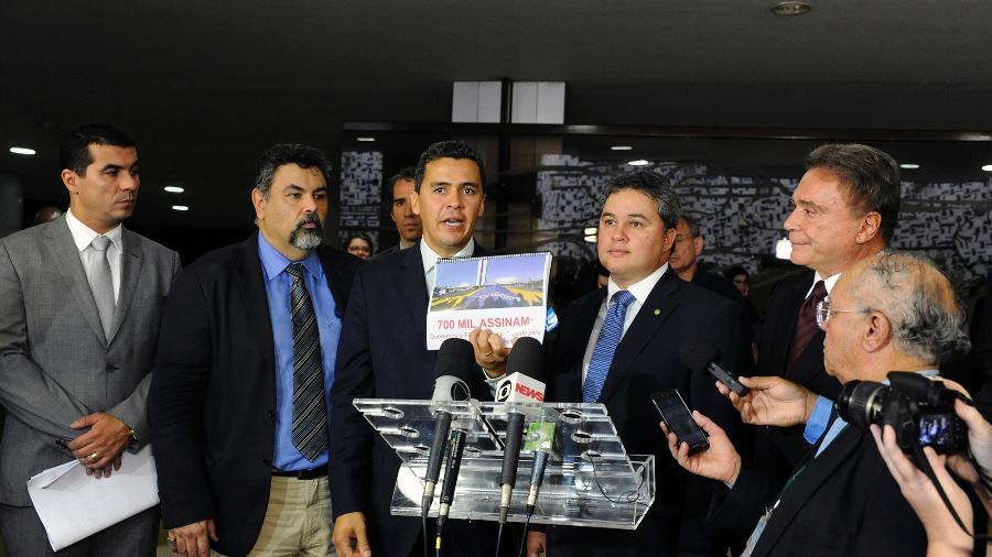 4.dez.2018 - Deputados e senadores receberam abaixo-assinado com mais de 700 mil assinaturas pedindo a aprovação da PEC que restringe o foro privilegiado - Luis Macedo/Câmara dos Deputados