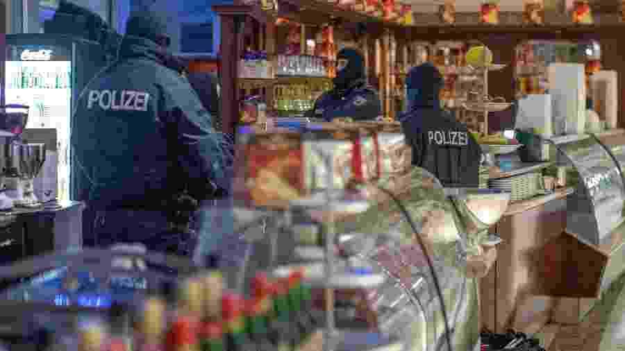 """Policiais europeus durante mega-operação que prendeu 90 suspeitos de ligação com a máfia italiana """"Ndrangheta - 05.dez.2018 - Christoph Reichwein/DPA/AFP"""