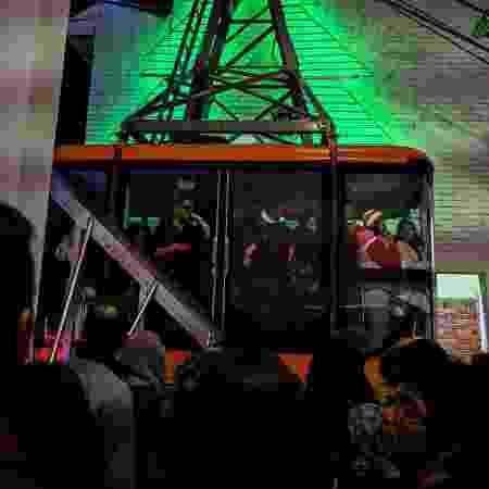 Pessoas dentro de cabine do teleférico, em Bogotá, no domingo (23), um dia antes do acidente - JUAN BARRETO/AFP