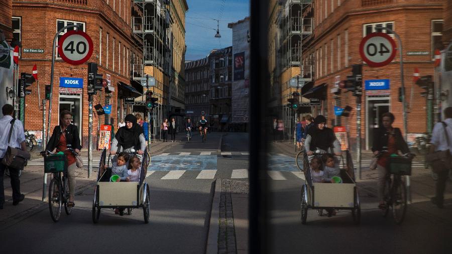 Moradores passeiam por rua em Copenhague, capital da Dinamarca - Ilvy Njiokiktjien/The New York Times
