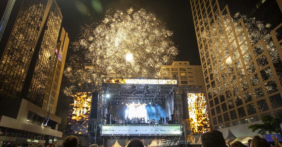 31.dez.2018 - Público se reúne na Avenida Paulista para festa de Réveillon da cidade de São Paulo, com atrações musicais e a primeira queima de fogos silenciosa da história da cidade