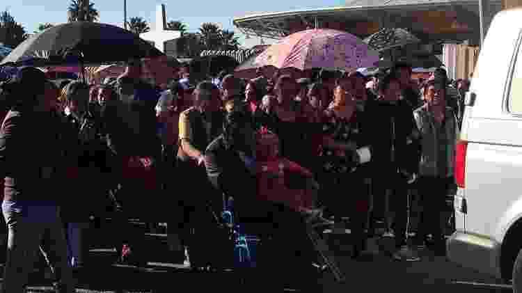 Dezenas de pessoas fazem procissão com música e orações no centro de Tlahuelilpan, no México - Eloísa Farrera - Eloísa Farrera