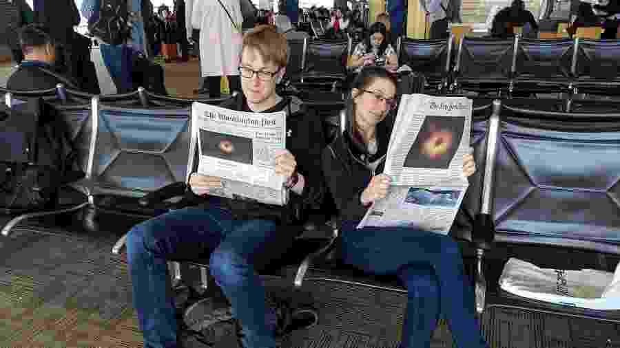 Colegas de projeto, Andrew Chael e Katie Bouman leem sobre a foto do buraco negro que ambos ajudaram a construir - Twitter/Reprodução