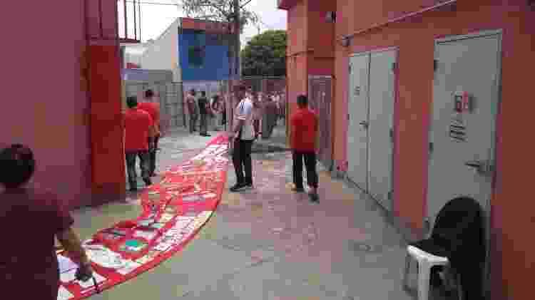 Apoiadores estendem tapete vermelho para a chegada de Lula em São Bernardo do Campo - Bernardo Barbosa/UOL