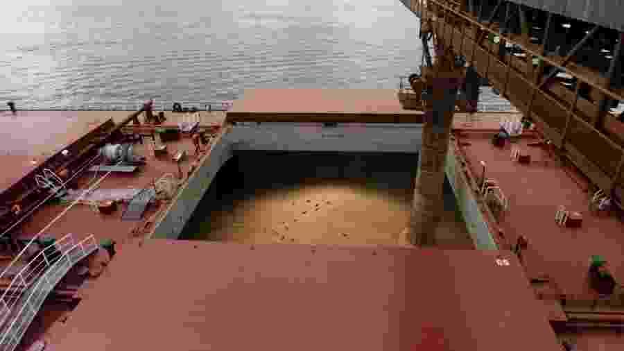 Navio é carregado com soja para exportação no porto de Santos (SP) - Paulo Whitaker