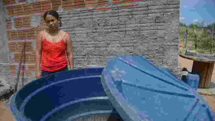 Mãe de quatro filhos, Joseane Maria da Conceição, 31, busca água todos os dias com um balde de 20 litros em terreno vizinho - Beto Macário/UOL