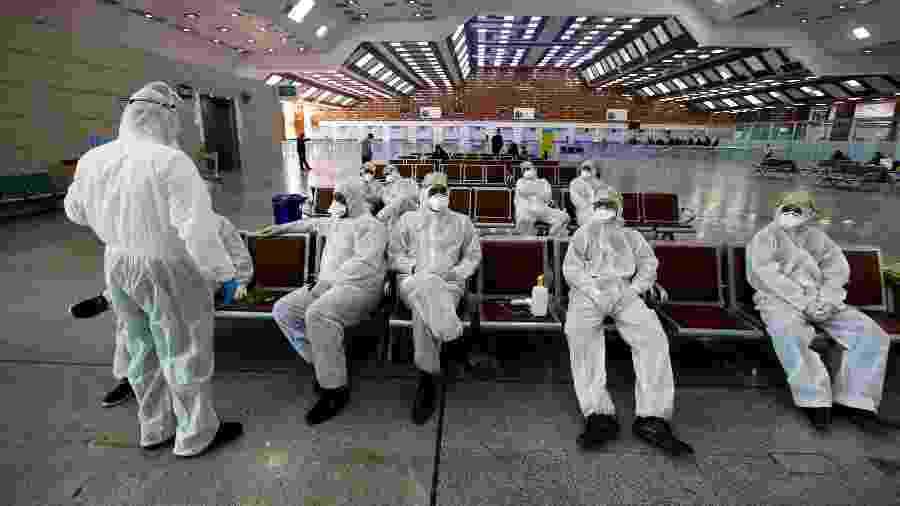 05.mar.2020 - Equipe médica iraquiana descansa após verificar a temperatura dos passageiros, em meio a um surto de coronavírus, no aeroporto de Najaf - Alaa al-Marjani/Reuters