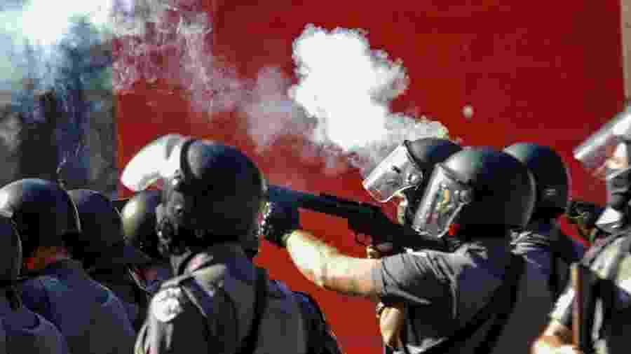 31.mai.2020 - Policial dispara bomba contra manifestantes em ato na avenida Paulista - Roberto Sungi/Futura Press/Estadão Conteúdo