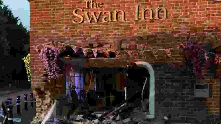 Carro bateu e destruiu a parede da frente de um pub em Ashford, em Kent, no dia em que iria reabrir - Reprodução/Facebook