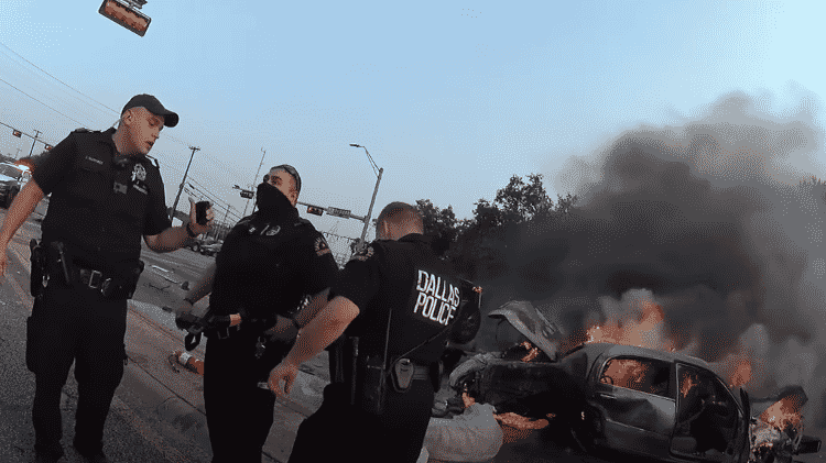 O trio de policiais durante operação para salvar a vida de homem em carro incendiado nos EUA - Reprodução/Dallas PD - Reprodução/Dallas PD
