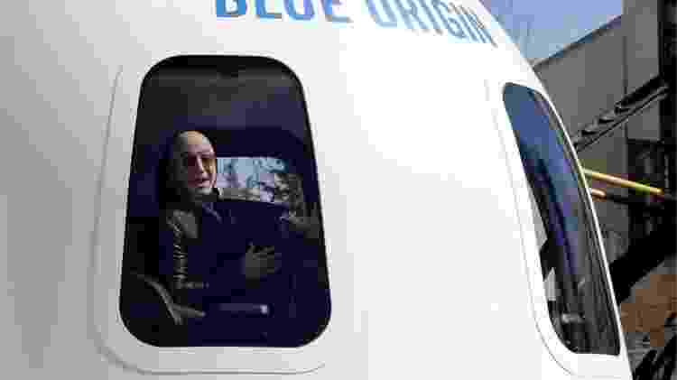 Bezos fala em 2017 a bordo de uma nave construída por sua empresa Blue Origin - Getty Images - Getty Images