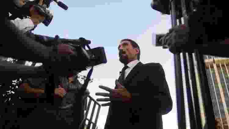 John McAfee fala com jornalistas na Suprema Corte da Guatemala depois que sua localização foi revelada por uma foto - Johan Ordonez/Getty Images - Johan Ordonez/Getty Images