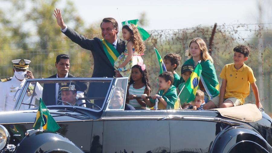 Jair Bolsonaro com crianças em carro durante manifestação em Brasília - Reuters