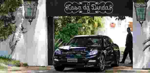 Porsche preto retirado da 'Casa da Dinda' em operação da PF - Pedro Ladeira/Folhapress