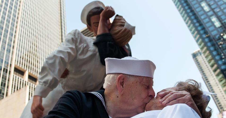 14.ago.2015 - Os veteranos da Segunda Guerra Mundial Ray e Ellie Williams recriam o beijo entre um marinheiro e uma enfermeira durante anúncio do fim da Segunda Guerra Mundial, na Times Square, em Nova York,. A icônica imagem foi registrada pelo fotógrafo Alfred Eisenstaedt e completa 70 anos nesta sexta-feira (14)