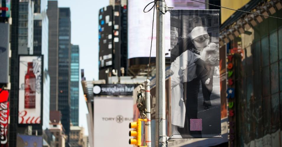 14.ago.2015 - Pôster mostra a icônica fotografia tirada por Alfred Eisenstaedt do momento em que um marinheiro e uma enfermeira se beijam comemorando o fim da Segunda Guerra Mundial, na Times Square, em Nova York. Centenas de casais repetiram a famosa cena retratada pelo fotógrafo para celebrar os 70 anos da fotografia