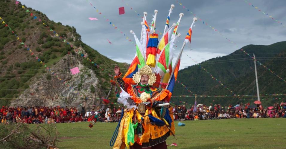 13.out.2015 - Chás chineses e cavalos tibetanos foram por muito tempo comercializados na lendária Rota do Chá. Sob o céu enfeitado com bandeirolas com significado religioso, um ator interpreta o guerreiro tibetano Rei Gesar em um festival no monastério de Shechen. O rei é considerado o pai do Tibete por seu papel como mediador de clãs rivais