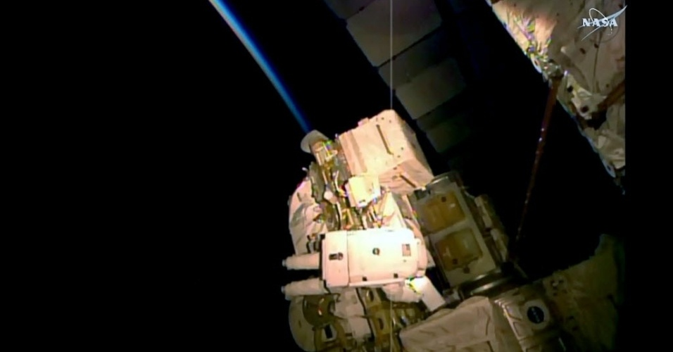 28.out.2015 - ROLEZINHO - Dois astronautas da Nasa fizeram uma caminhada espacial na Estação Espacial Internacional (ISS) nesta quarta-feira (28). A ação foi realizada pelo veterano Scott Kelly, que está na metade de uma missão que prevê a estada de um ano na ISS, e pelo engenheiro de voo Kjell Lindgren, que fez sua primeira caminhada no espaço. Durante seis horas eles realizaram tarefas como instalar uma proteção térmica no detector de partículas físicas conhecido como Alpha Magnetic Spectrometer