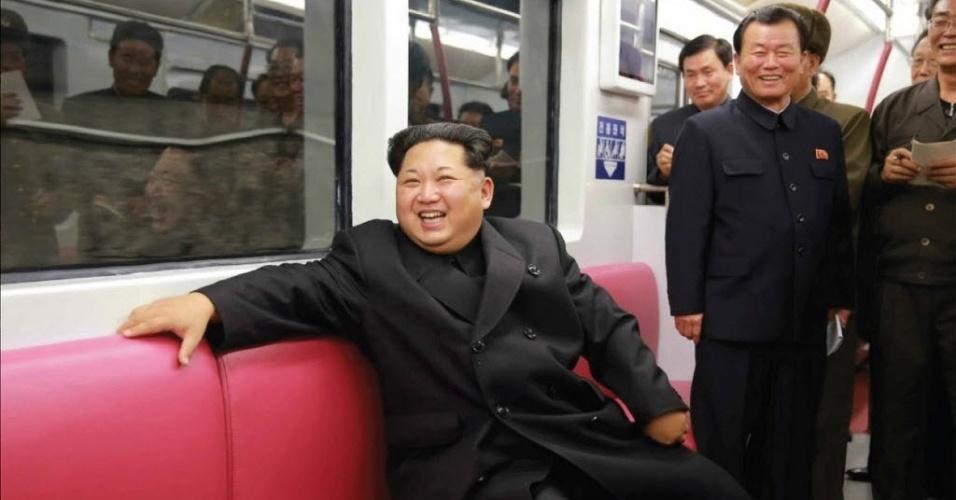 20.nov.2015 - O líder da Coreia do Norte, Kim Jong-un, sorri durante passeio em trem subterrâneo realizada nesta quinta-feira (19) na estação de Kaeson, em Pyongyang. O dirigente máximo do país participou de uma avaliação do sistema, de acordo com o jornal Rodong Sinmun, do partido do governo