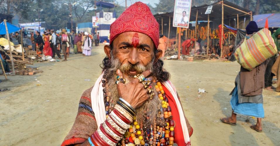 9.jan.2016 - Indianos Sadhus começam a se reunir em Calcutá para o festival anual Gangasagar Mela, em cerimônia à Makar Sankranti, dia santo do calendário hindu. Na ocasião, mais de 100 mil peregrinos se encontram para dar um mergulho no oceano, na confluência do rio Ganges com a baía de Bengala