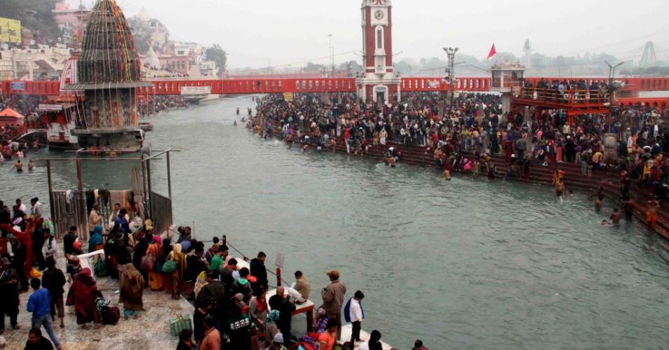 15.jan.2016 - Devotos hindus mergulham no rio Ganges em Haridwar, na Índia, no primeiro dia do festival Ardh Kumbh Mela. O Ardh Kumbh Mela é realizado a cada seis anos após o Haridwar Kumbh Mela, que é comemorado a cada doze anos. Espera-se que milhares de devotos se banhem no rio sagrado, na crença de limpar-se dos pecados