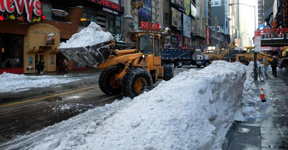 25.jan.2016 - Funcionários do Departamento Sanitário de Nova York usam tratores para remover toneladas de neve que caíram sobre a cidade nos últimos dias. A região Leste dos Estados Unidos vem sofrendo com intensas tempestades de neve que foram responsáveis, segundo as autoridades norte-americanas, por 25 mortes