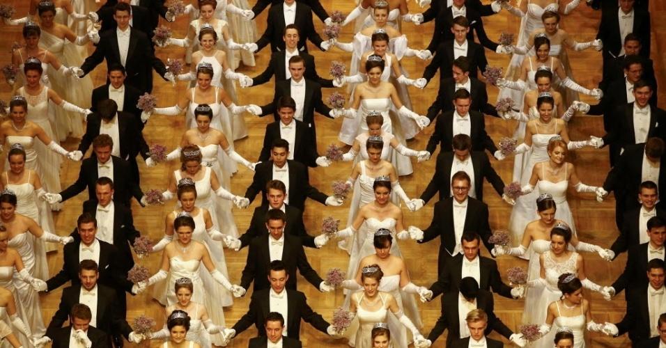 4.fev.2016 - Dançarinos se apresentam durante a cerimônia de abertura do Opera Ball, evento anual considerado o ponto alto do carnaval vienense, em Viena, na Áustria