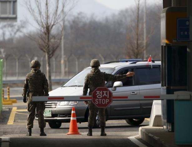 Veículos sul-coreanos começam a deixar o complexo industrial de Kaesong, localizado na Coreia do Norte, depois da decisão do governo de Seul de repatriar seus cidadãos que trabalham no local