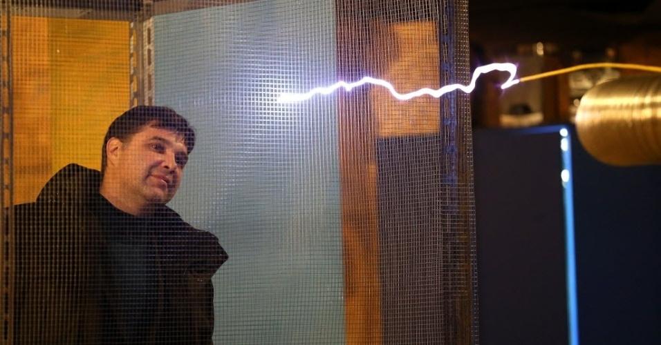 15.fev.2016 - Um museu em Belarus, país do leste europeu, é mesmo eletrizante. Os visitantes interagem com os raios elétricos que ricocheteiam no ar