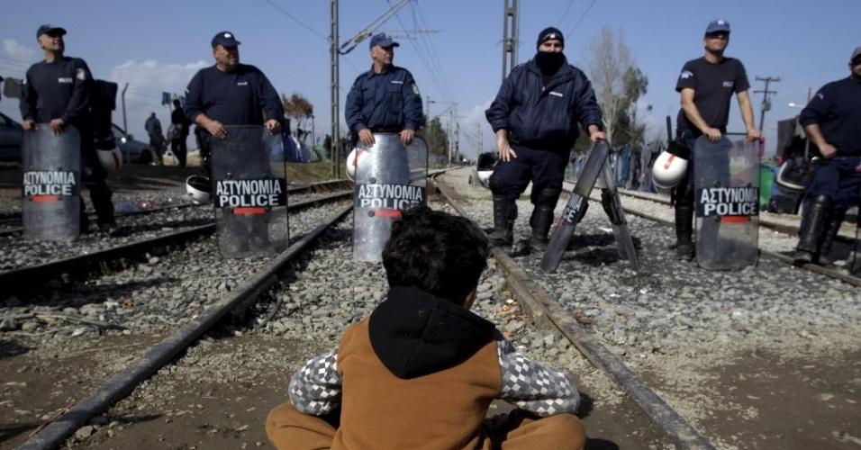 1º.mar.2016 - Menino refugiado senta em frente a um bloqueio policial na fronteira entre Grécia e Macedônia. Na segunda-feira policiais macedônios usaram gás lacrimogêneo para dispersar centenas de imigrantes que tentavam atravessar a fronteira