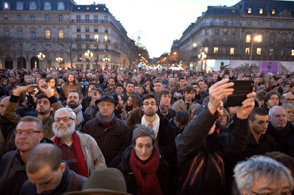22.mar.2016 - Em Paris, na França, um multidão se reúne em frente ao hotel De Ville em solidariedade aos belgas, após atentado terrorista que matou mais de 30 pessoas em Bruxelas
