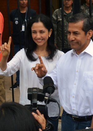 O presidente do Peru, Ollanta Humala, e a primeira-dama, Nadine Heredia, votam em uma zona eleitoral de Lima
