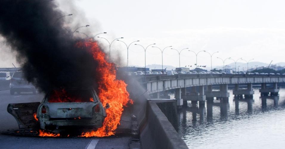 14.abr.2016 - Um carro pegou fogo e causou congestionamento na Linha Vermelha, na altura da Infraero, no Rio de Janeiro.  A pista sentido Baixada Fluminense, onde ocorreu o incidente, chegou a ser completamente fechada
