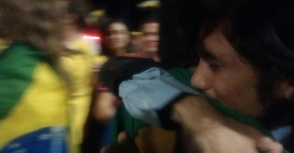 17.abr.2016 - Kim Kataguiri, líder do MBL (Movimento Brasil Livre), abraça apoiador e chora durante comemoração do resultado da votação na Câmara dos Deputados, na Esplanada dos Ministérios, em Brasília