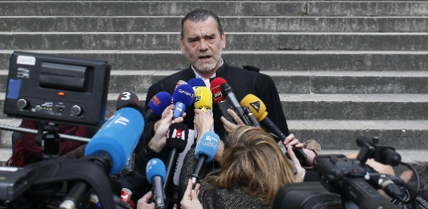 Frank Berton, advogado de Salah Abdeslam, fala a jornalistas em Paris, na França