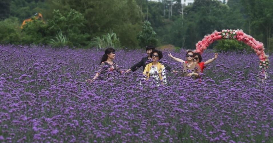 16.mai.2016 - Visitantes passeiam por flores na província de Guizhou, sudoeste da China