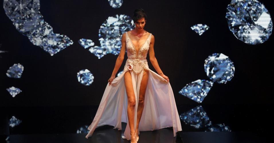 27.mai.2016 - Talleen Abu Hanna desfila durante a primeira edição do concurso de beleza Miss Trans Israel, em Tel Aviv