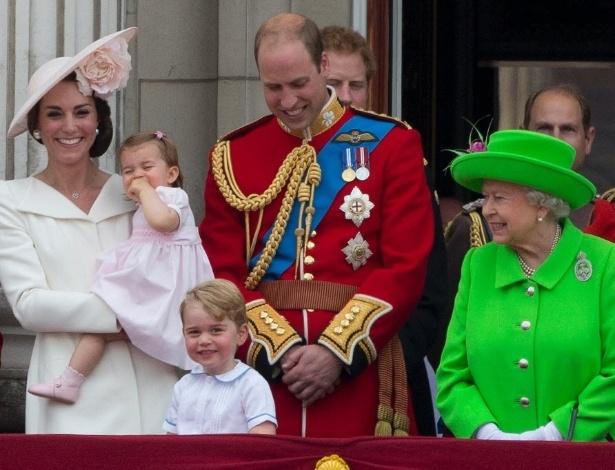 11.jun.2016 - Os príncipes William, George, a princesa Charlotte e a duquesa de Cambridge Kate Middleton, participam das comemorações dos 90 anos da rainha Elizabeth, no Reino Unido. Os príncipes Charles e Harry também compareceram à apresentação de caças da Força Aérea Britânica, do balcão do palácio de Buckingham