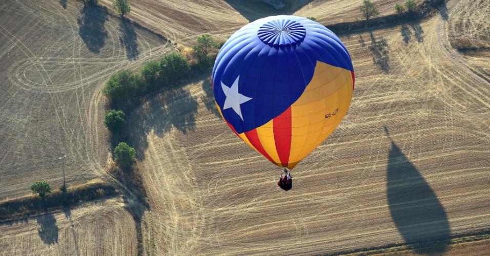 7.jul.2016 - Um balão de ar quente com a bandeira catalã pró-independência sobrevoa Igualada, próximo a Barcelona, na Espanha, durante o 20º Festival Europeu de Balões